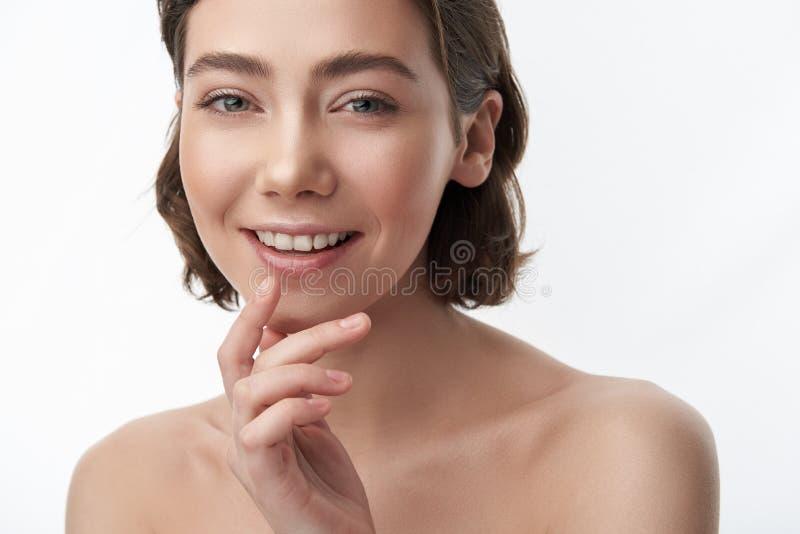Jolie femme heureuse de brune avec le plomb émoussé image stock
