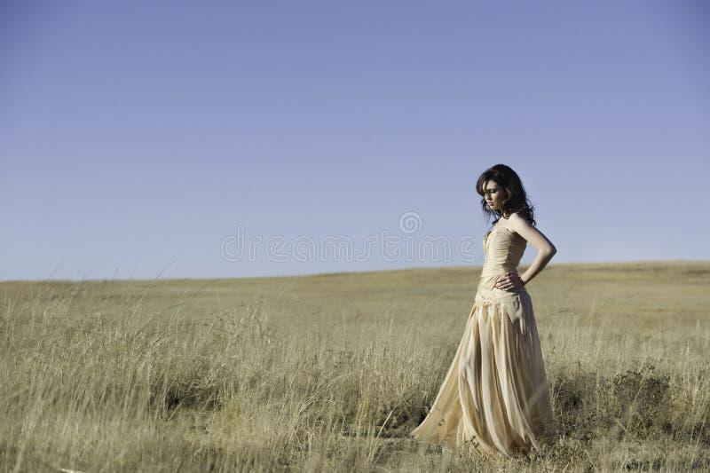 Jolie femme marchant dans le domaine d'or photo libre de droits