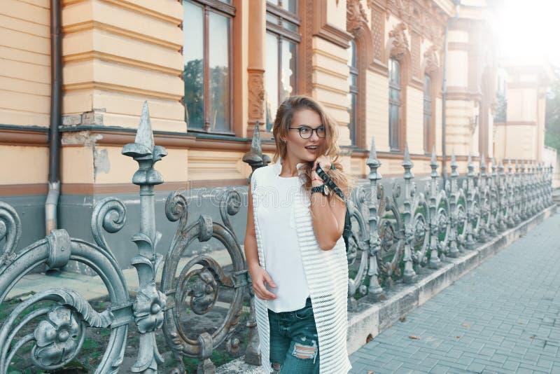 Jolie femme marchant dans une ville européenne pendant le week-end images stock