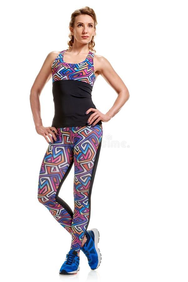 Jolie femme posant dans les vêtements de sport photographie stock