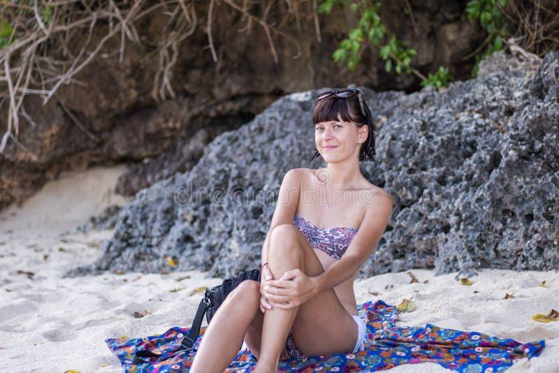 Jolie femme posant sur la plage près de l'océan de l'île tropicale Bali, Indonésie images stock
