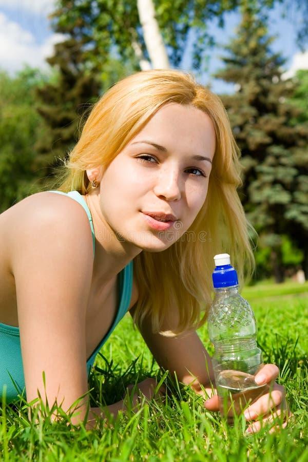 jolie femme potable de l'eau photos libres de droits