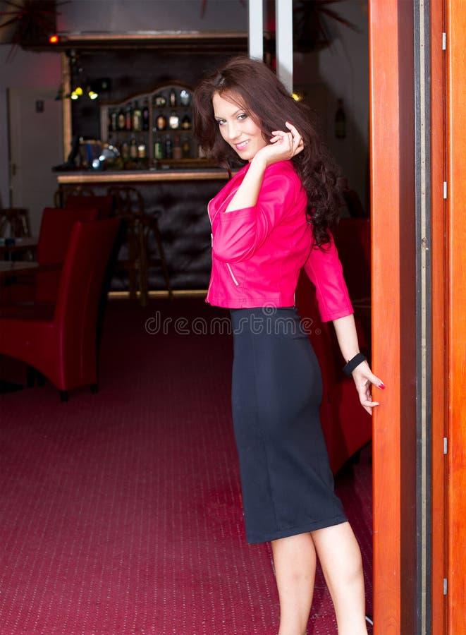Jolie femme présentant le club photographie stock