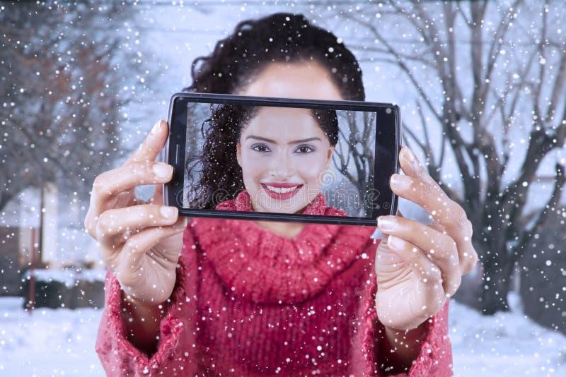 Jolie femme prenant la photo de selfie à l'hiver photos libres de droits