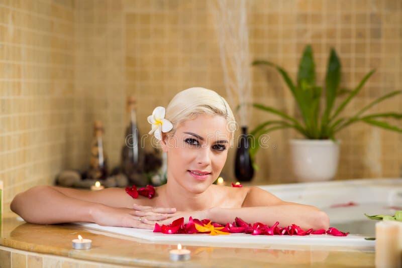 Jolie femme prenant le bain moussant photographie stock libre de droits