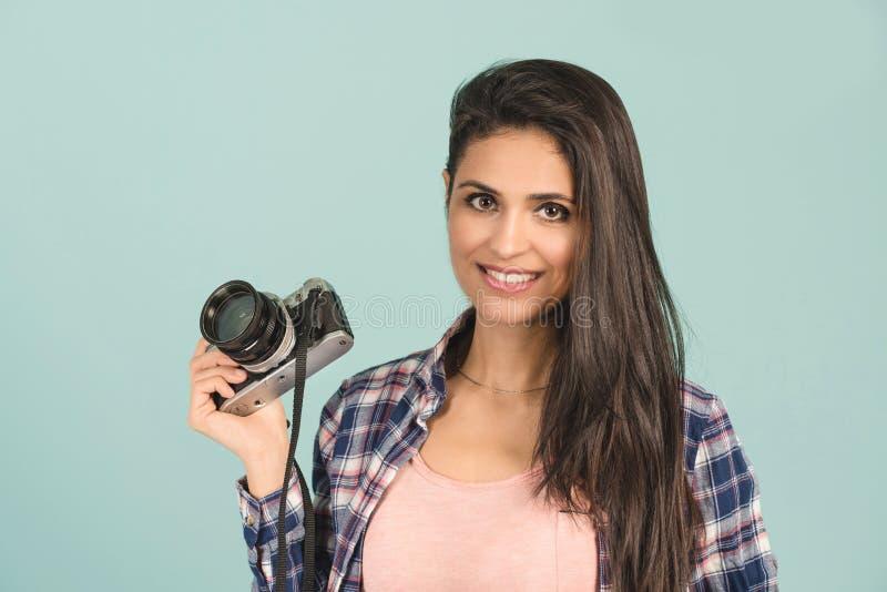 Jolie femme prenant une photo utilisant l'appareil-photo classique de slr photo libre de droits