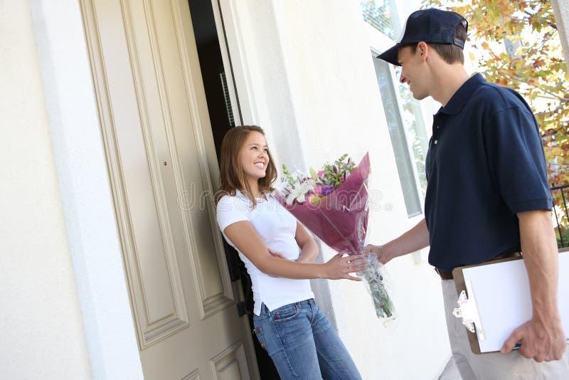 Jolie femme recevant des fleurs photographie stock libre de droits