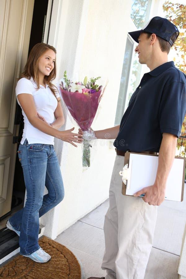 Jolie femme recevant des fleurs photos stock