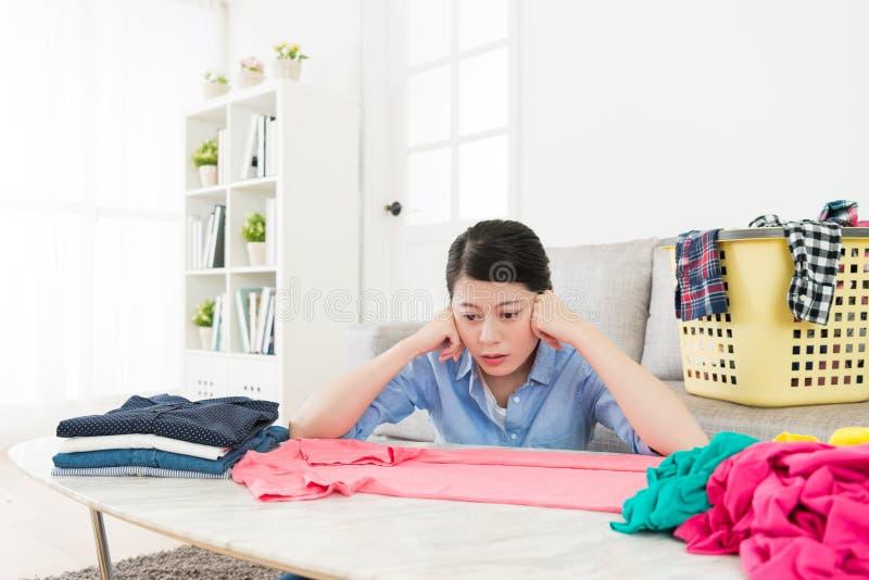 Jolie femme regardant le sentiment de T-shirt ennuyé photographie stock