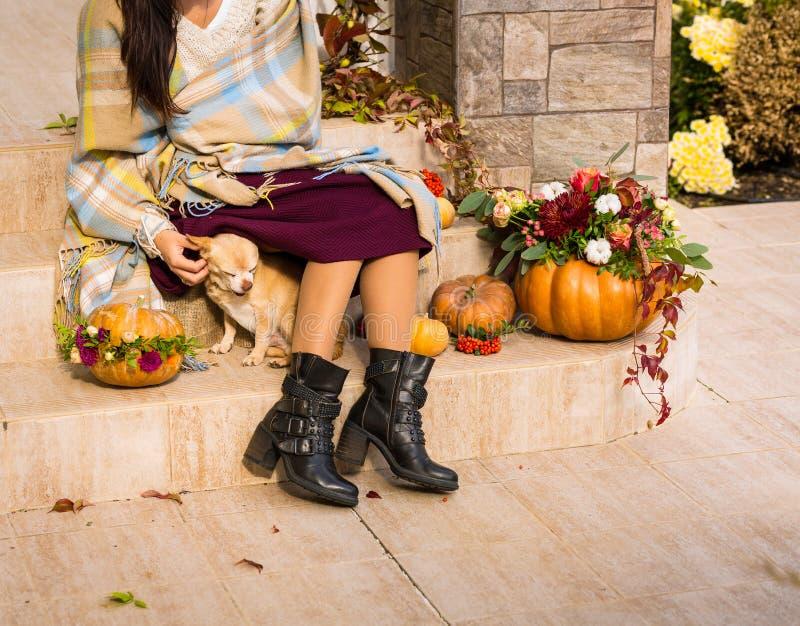 Jolie femme s'asseyant sur un porche décoré photo libre de droits