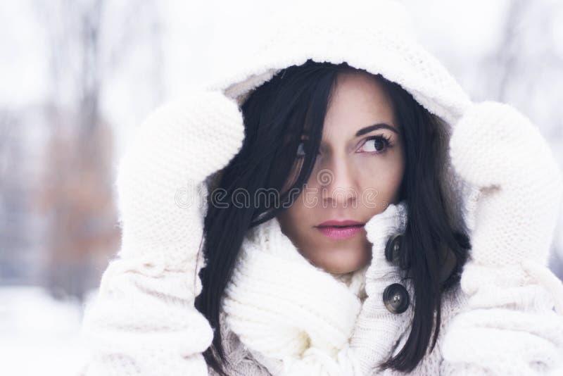 Jolie femme sous le capot photo libre de droits