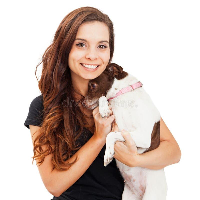 Jolie femme tenant le petit chien timide images stock