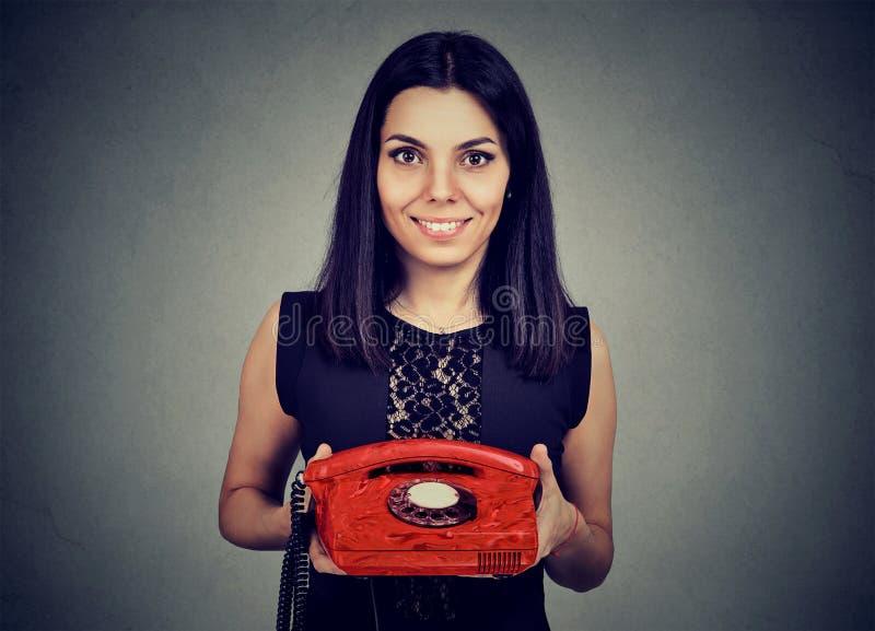 Jolie femme tenant le téléphone de vintage images libres de droits