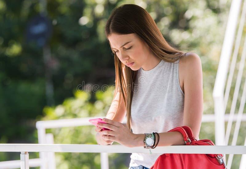 Jolie fille à l'aide du téléphone portable photos libres de droits