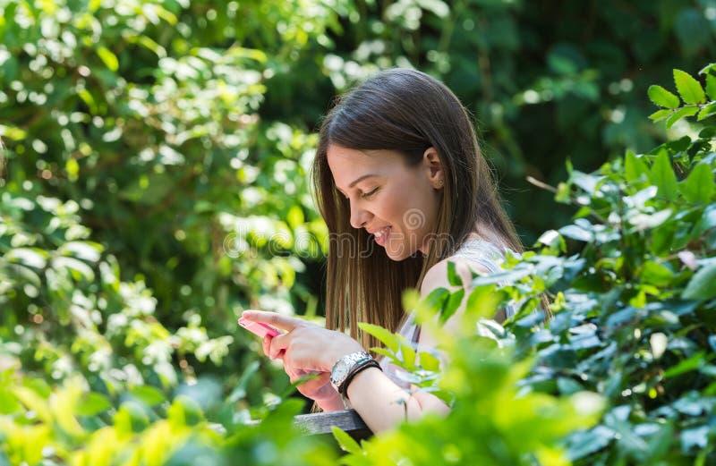Jolie fille à l'aide du téléphone portable photographie stock