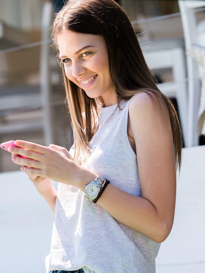 Jolie fille à l'aide du téléphone portable images stock