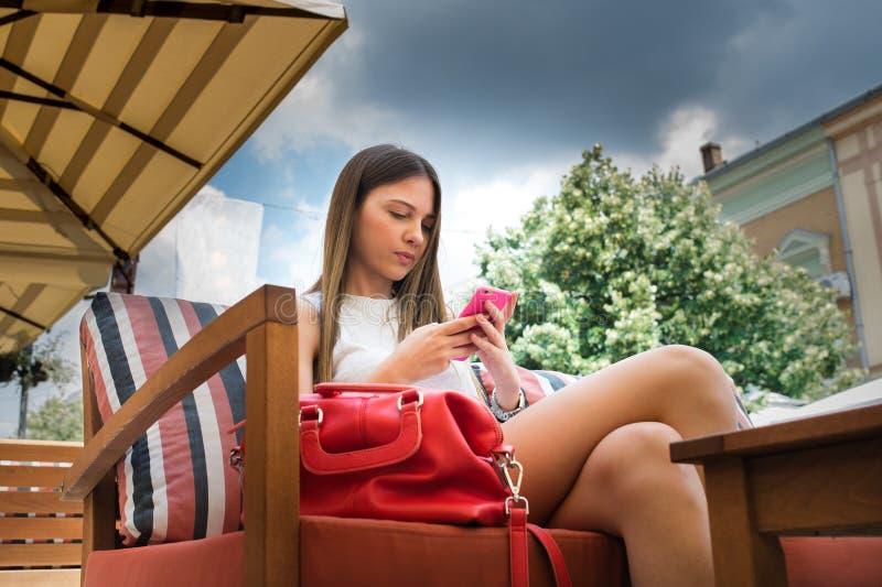 Jolie fille à l'aide du téléphone portable images libres de droits