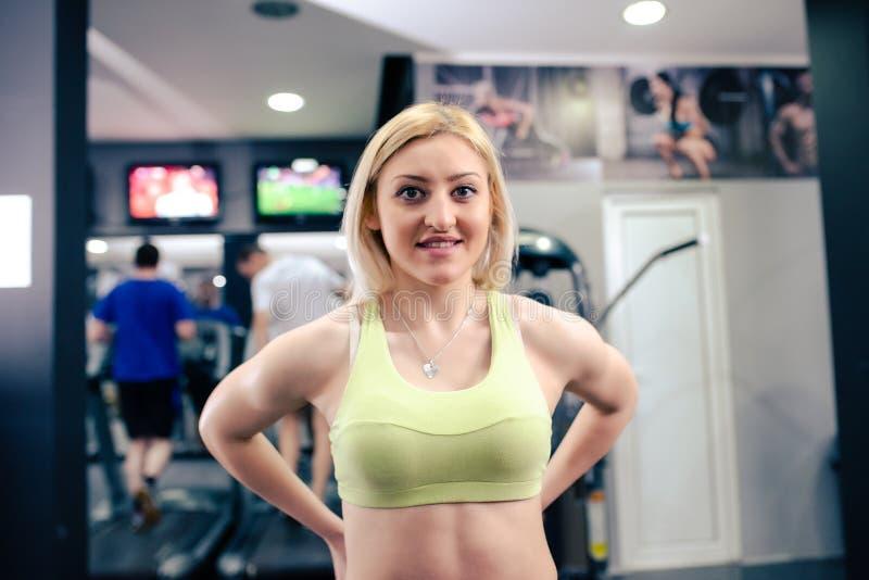 Jolie fille à l'exercice de gymnase photos stock