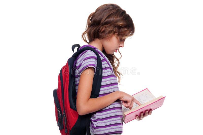 Jolie fille affichant le livre photos stock