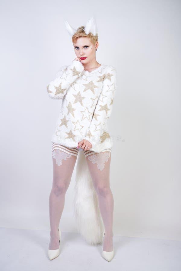 Jolie fille aimable mignonne avec les cheveux courts blonds et le chandail blanc de port de corps plus sinueux de taille avec les photos stock