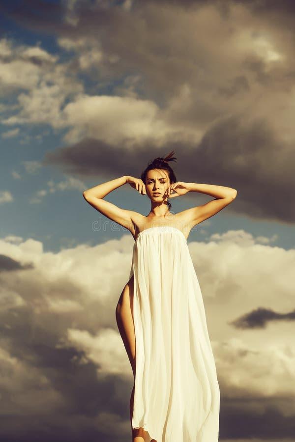 Jolie fille au-dessus de ciel bleu photo libre de droits
