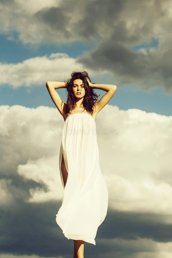 Jolie fille au-dessus de ciel bleu photographie stock libre de droits