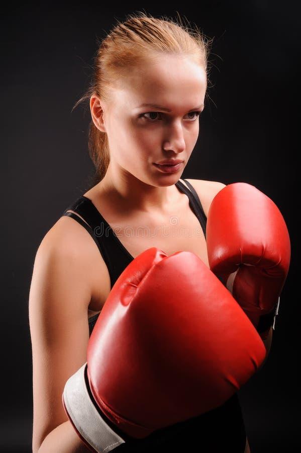 Jolie fille avec des gants de boxe image libre de droits