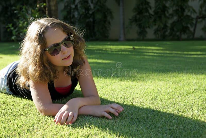 Jolie fille avec des glaces sur l'herbe photos libres de droits