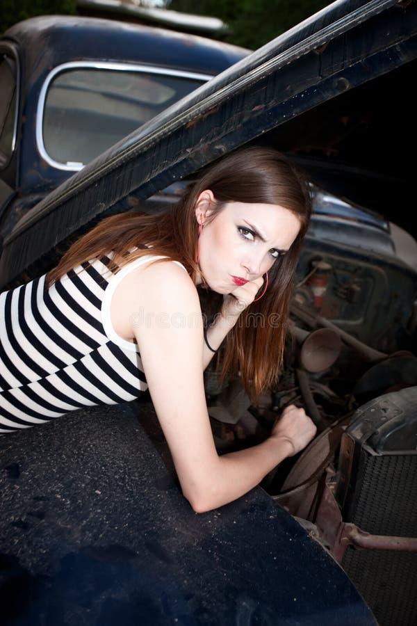 Jolie fille avec la panne moteur sur le véhicule de cru images libres de droits