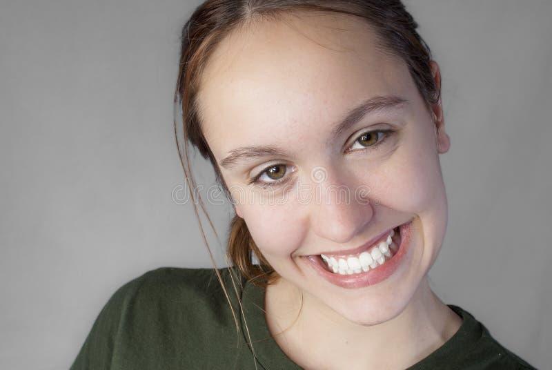 Jolie fille avec le grand sourire image libre de droits