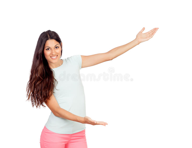 Jolie fille avec le pantalon rose montrant quelque chose avec ses bras photo stock