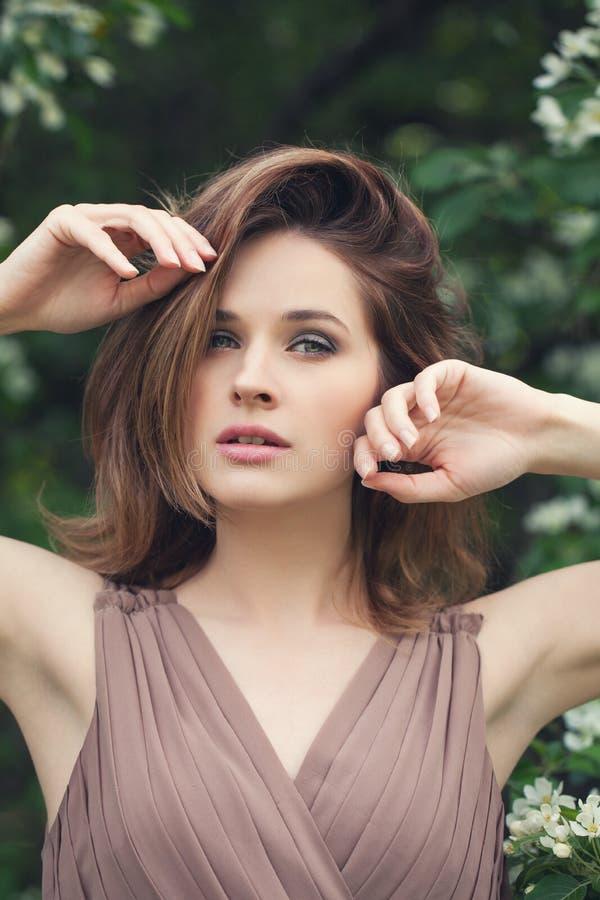 Jolie fille avec le portrait posé brun d'extérieur de cheveux de plomb Beau plan rapproché de visage de femme images stock