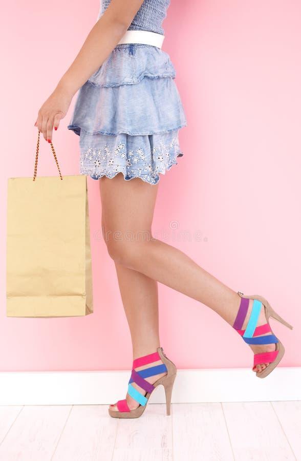 Jolie fille avec le sac à provisions photos stock