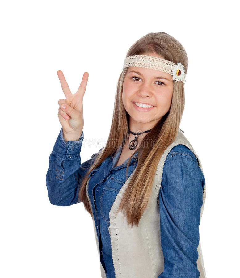 Jolie fille avec les vêtements hippies faisant le symbole de paix photo stock