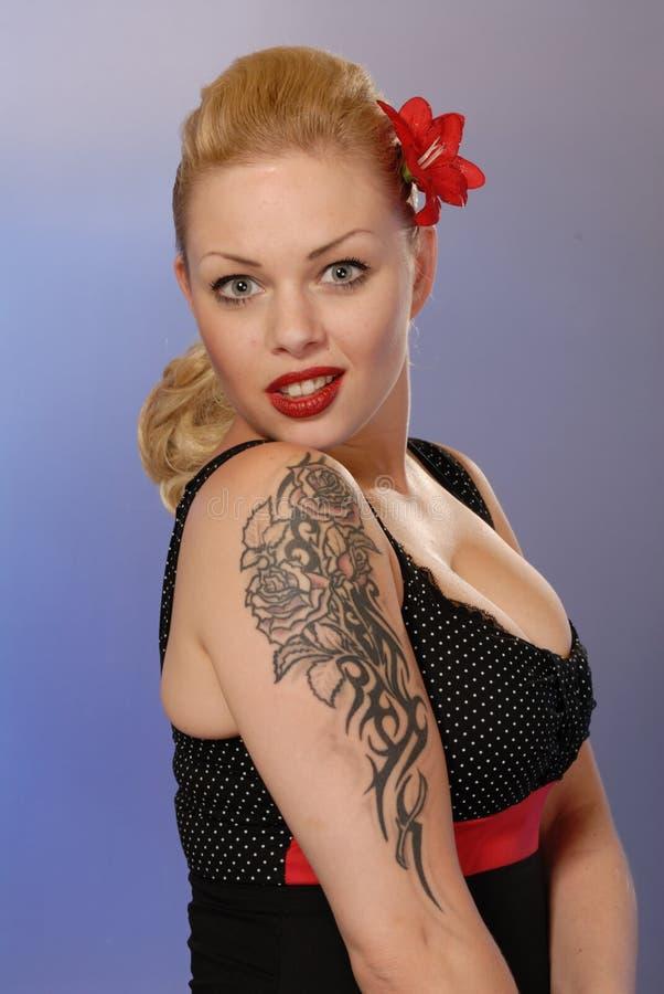 Jolie fille Burlesque avec le tatouage photos stock