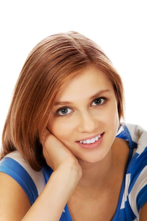 Jolie fille d'adolescent souriant dans l'humeur gaie photo stock