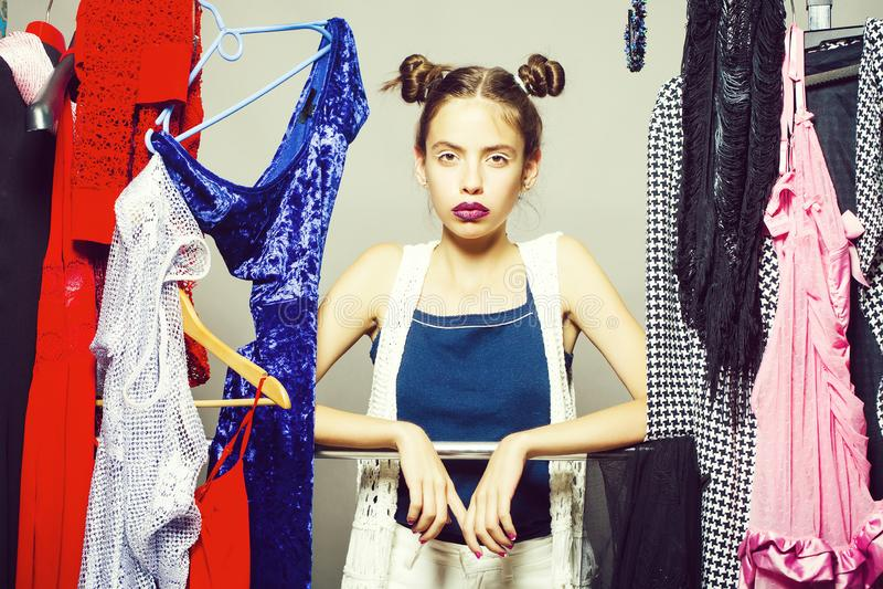 Jolie fille dans la garde-robe photographie stock