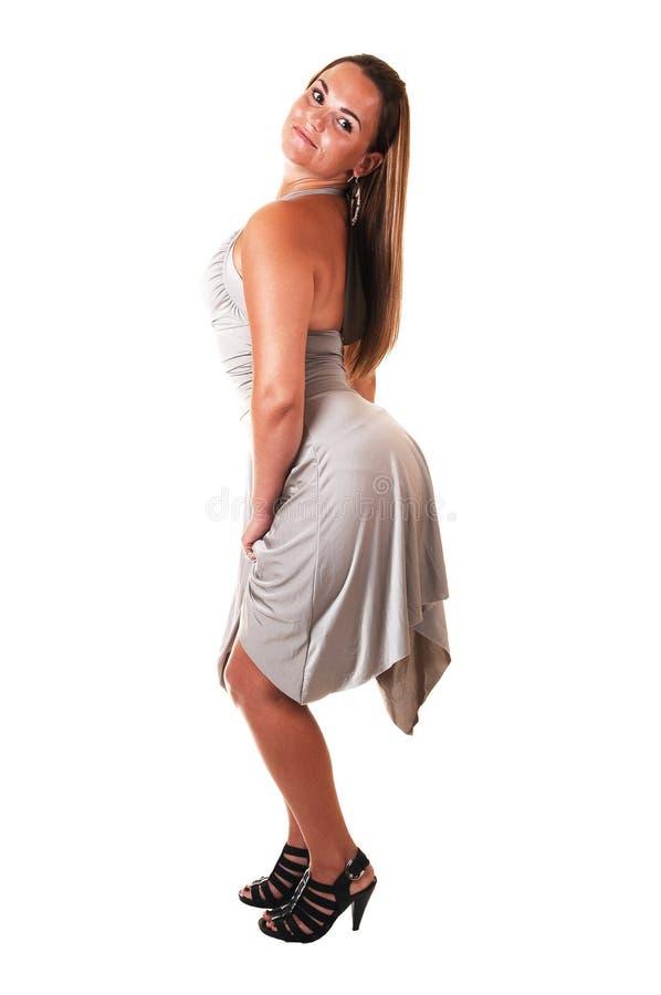 Jolie fille dans la robe argentée. photographie stock