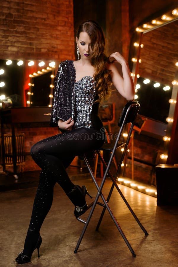 Jolie fille dans le cabaret photo stock