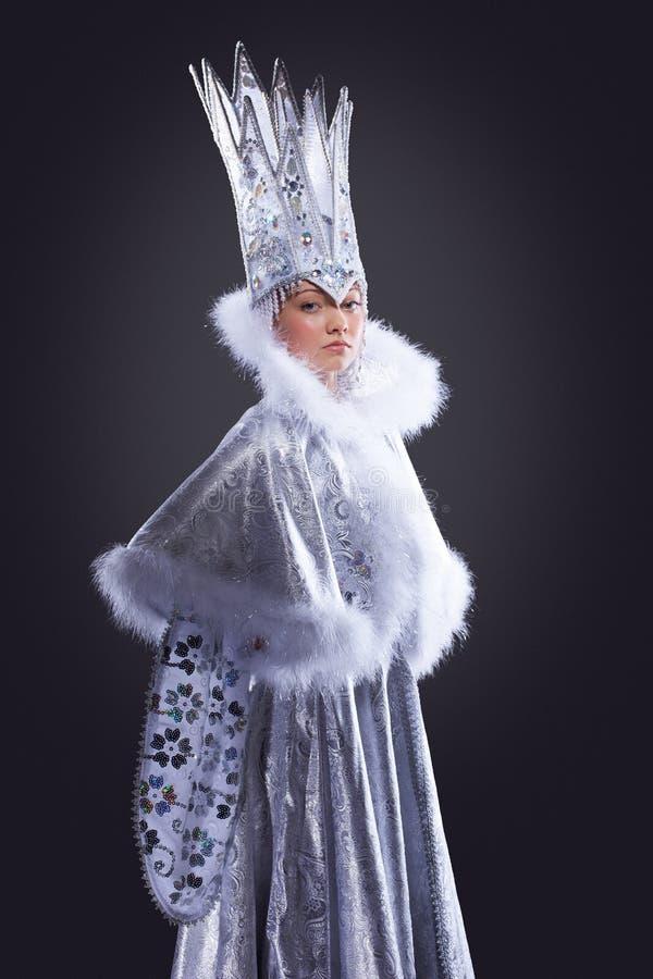 Jolie fille dans le costume de carnaval de reine de glace image libre de droits