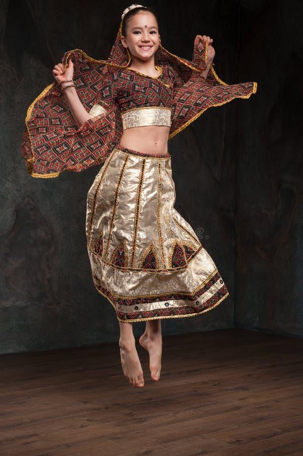 Jolie fille dans le costume traditionnel photo stock