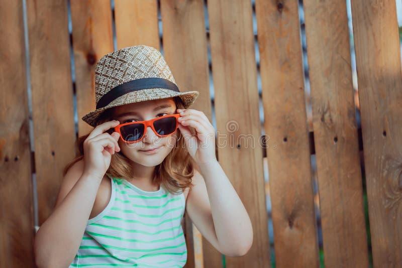Jolie fille dans un chapeau sur fond brun image libre de droits