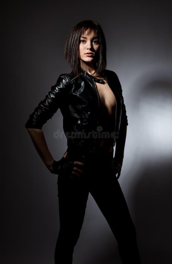 Jolie fille dans une veste en cuir photos stock