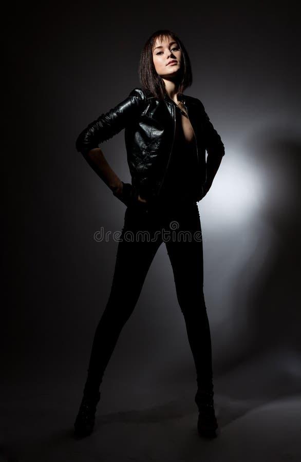 Jolie fille dans une veste en cuir images libres de droits
