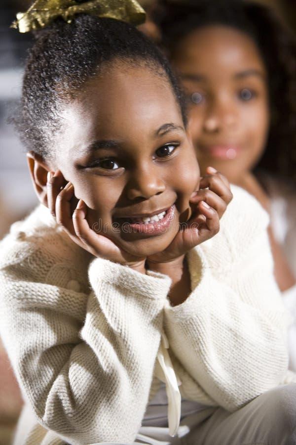 Jolie fille de 4 ans avec la soeur derrière photos stock