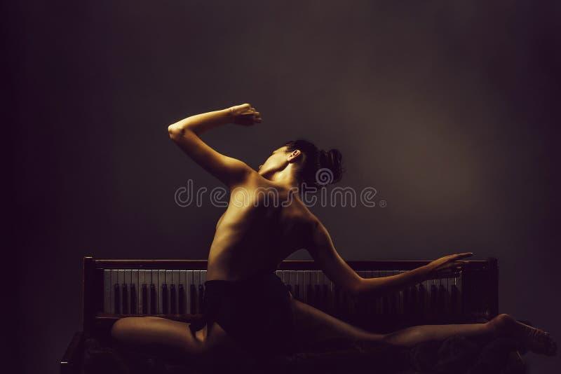 jolie fille de ballerine sur le r?tro piano image libre de droits