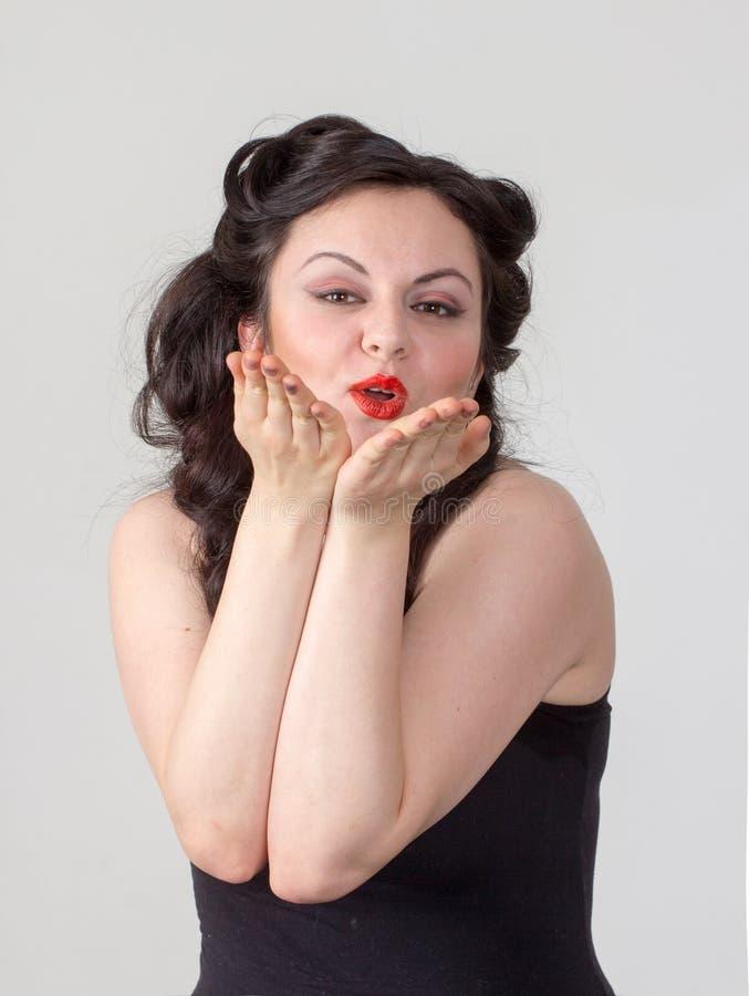 Jolie fille de brune posant comme Marilyn Monroe image libre de droits