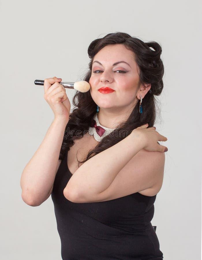 Jolie fille de brune posant comme Marilyn Monroe image stock