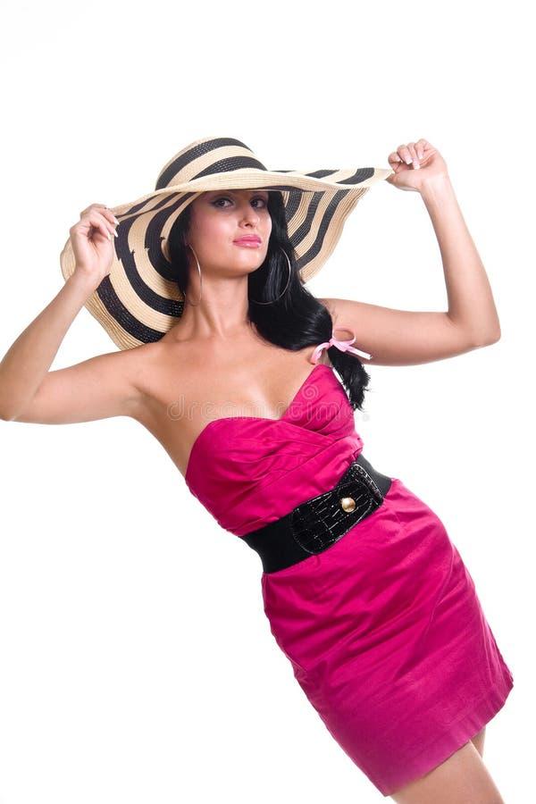 Jolie fille de brunette utilisant le grand chapeau images stock