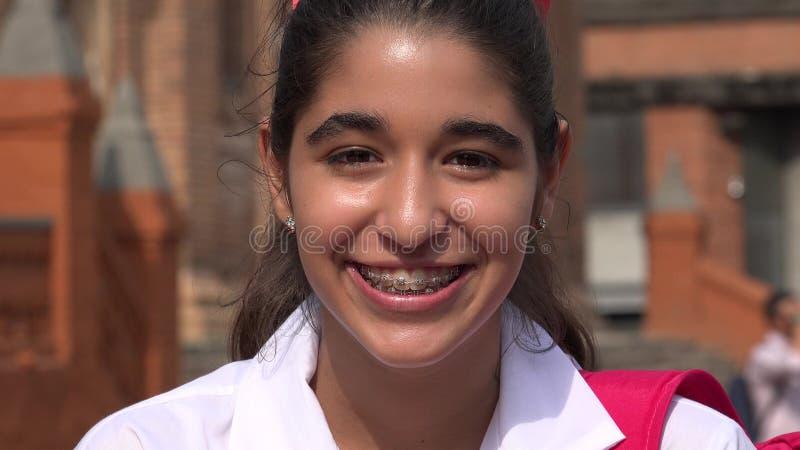 Jolie fille de l'adolescence de sourire avec des accolades photo stock